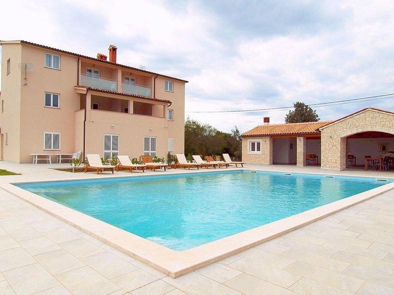 Moderne Ferienwohnung mit Pool für bis zu 5 Personen, vacation rental in Rakalj