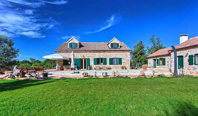 Großzügige 5 Schlafzimmer Finca auf 8000 qm Garten für 12 + 2 Personen, location de vacances à Hvar Island