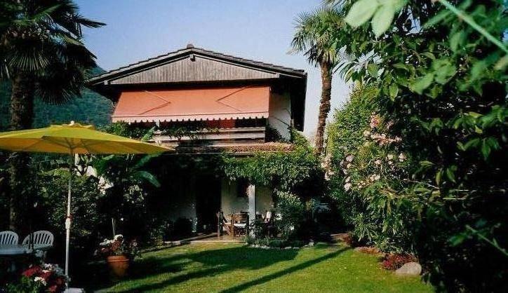 Sehr gepfleges 4-Sternehaus m. zwei  3-Zi-Wo. ruhige, sonnige Lage.Eingang sep, casa vacanza a Lago Maggiore