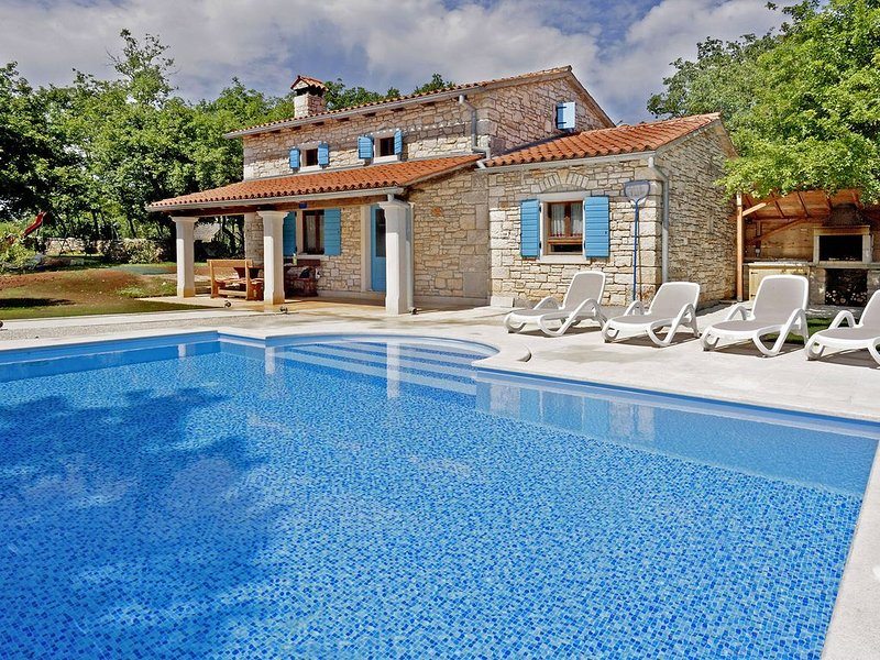 Ferienhaus Pićanci * ruhige Alleinlage, 3800 m2 Garten, privater Pool, holiday rental in Bibici