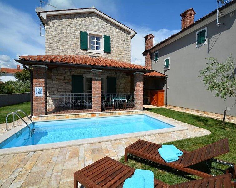 Charmantes Ferienhaus mit Pool für bis zu 5 Personen in der Nähe von Porec, holiday rental in Veleniki
