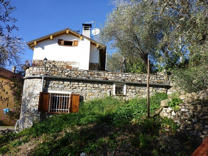 Schönes Bauernhaus mitten in den Olivenhainen mit Nähe zum Meer, holiday rental in Pontedassio