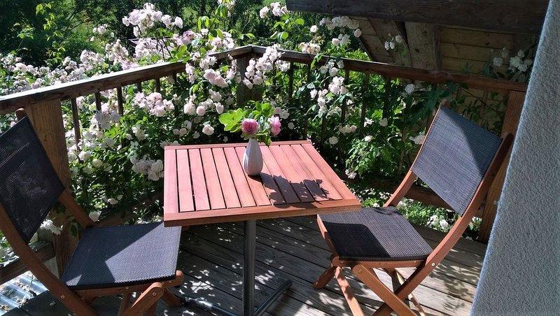 Ferienwohnung Rose, 45qm mit 1 Schlafzimmer und 1 Wohn-/Schlafzimmer mit Balkon, vacation rental in Endingen