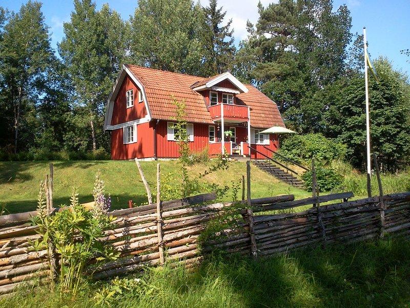 Schönes rotes Schwedenhaus im Wald mit See- aber auch Ortsnähe, location de vacances à Horn