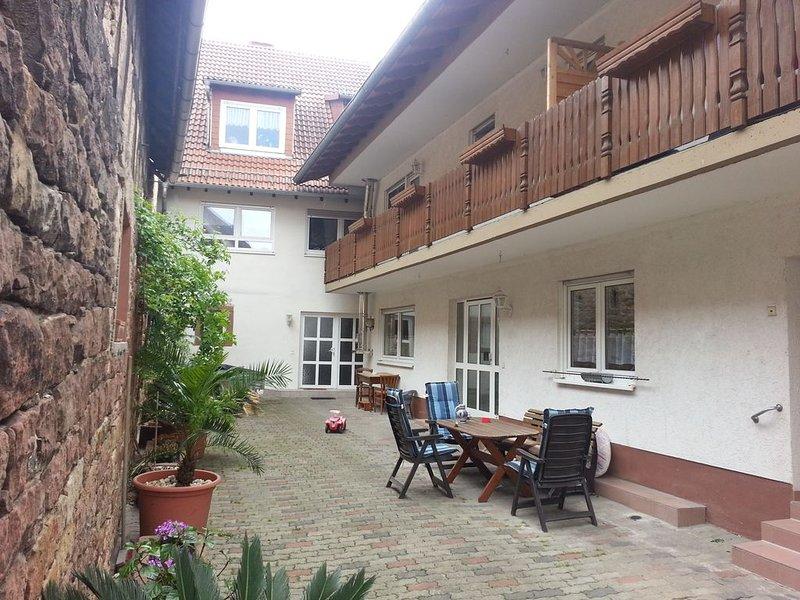 Das Ferienhaus mit ruhigem gemütlichen Innenhof direkt am Kraut und Rüben Radweg, holiday rental in Rhodt unter Rietburg