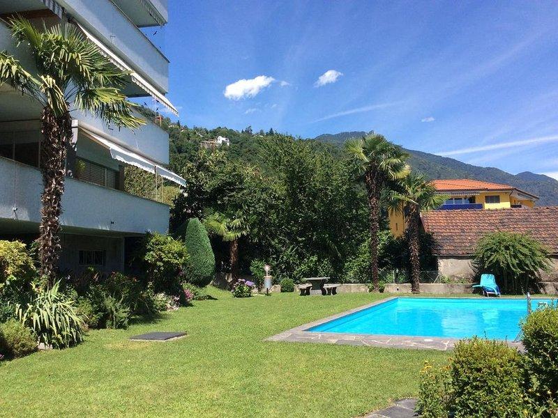 Ferienwohnung mit sonnigem Balkon, grossem Gemeinschaftspool und Liegewiese, holiday rental in Minusio