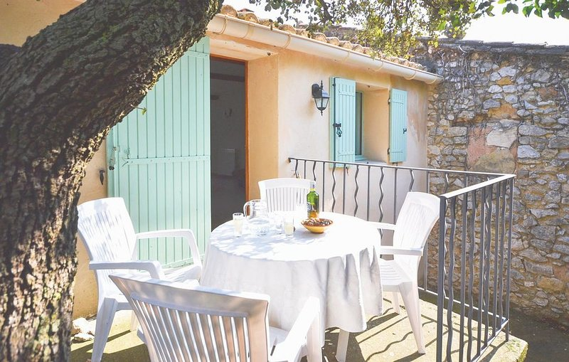 2 Zimmer Unterkunft in Le Barroux, holiday rental in Saint-Hippolyte-le-Graveyron