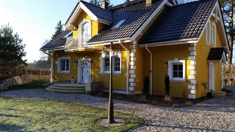 Kleine gelbe Villa in Masuren (Wohnung WEST im Dachgeschoss), vacation rental in Ryn