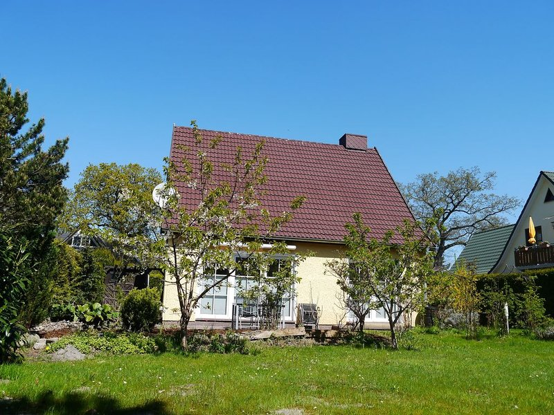 gemütli. Ferienhaushälfte für max. 6 Pers., mit großem Garten, Kaminzimmer, WLAN, holiday rental in Ostseebad Prerow