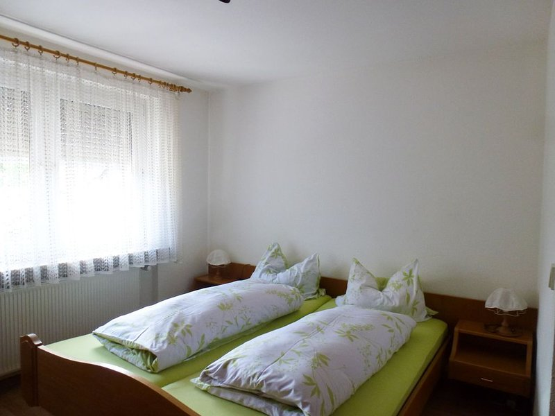 Doppelzimmer mit Dusche und WC, holiday rental in Umkirch