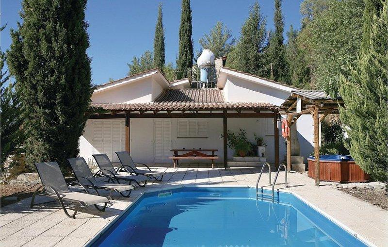 2 Zimmer Unterkunft in Miliou Paphos, holiday rental in Peristerona