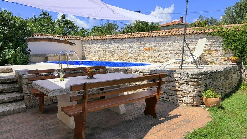 Rustikale Villa mit privatem Pool und Garten, nur 2 km vom Strand entfernt, holiday rental in Rakalj