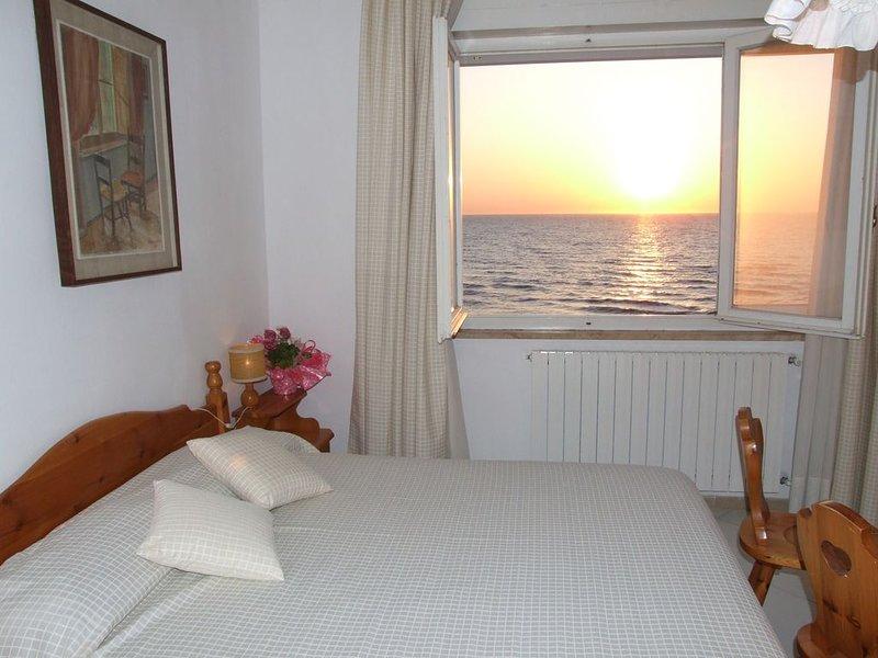 Bezaubernder Meerblick von der Terrasse, Ferienwohnung am Meer, casa vacanza a Marina di Castagneto Carducci