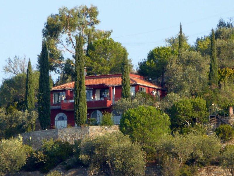 Lichtdurchflutete Villa Rossa im Olivenhain, mit Meerblick, 6 km vom Meer, aluguéis de temporada em Montegrazie