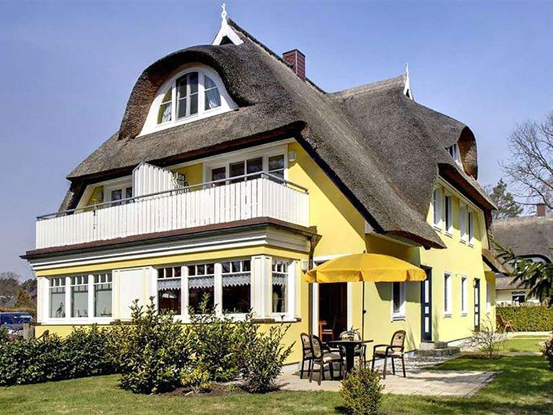 Kleine FeWo für 2 Pers. in ruhiger Lage mit Süd-Ost-Terrasse im Reetdachhaus, holiday rental in Ostseebad Prerow