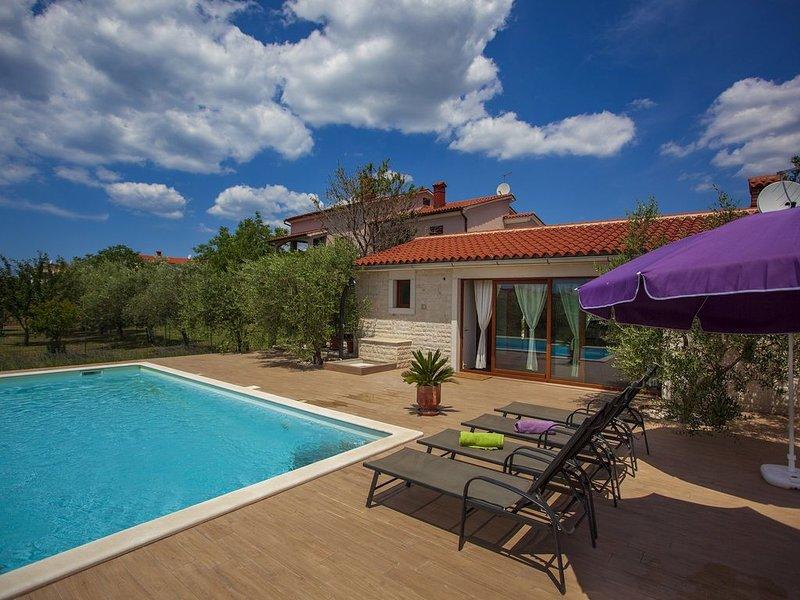 Komfortable Ferienwohnung mit privatem Pool und großem Garten, vacation rental in Fazana