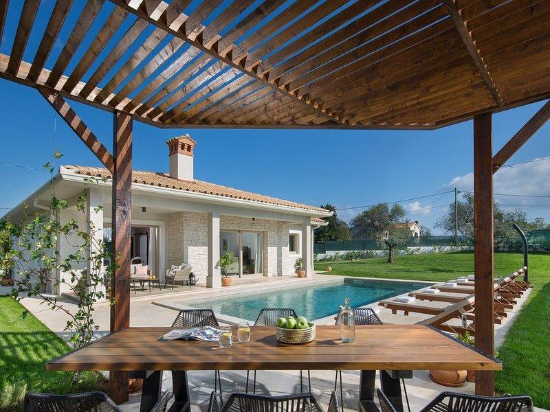 Moderne und ruhig gelegene Villa mit Pool für bis zu 6 Personen, location de vacances à Strmac