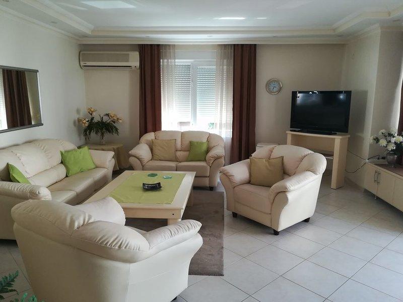 300 m vom Strand, schönes City Apartment mit Pool, 128 m² für 1-4 Pers., holiday rental in Alanya