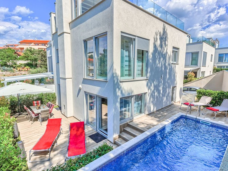 Moderne Familienvilla mit beheiztem Pool und Dachterrasse, vacation rental in Malinska