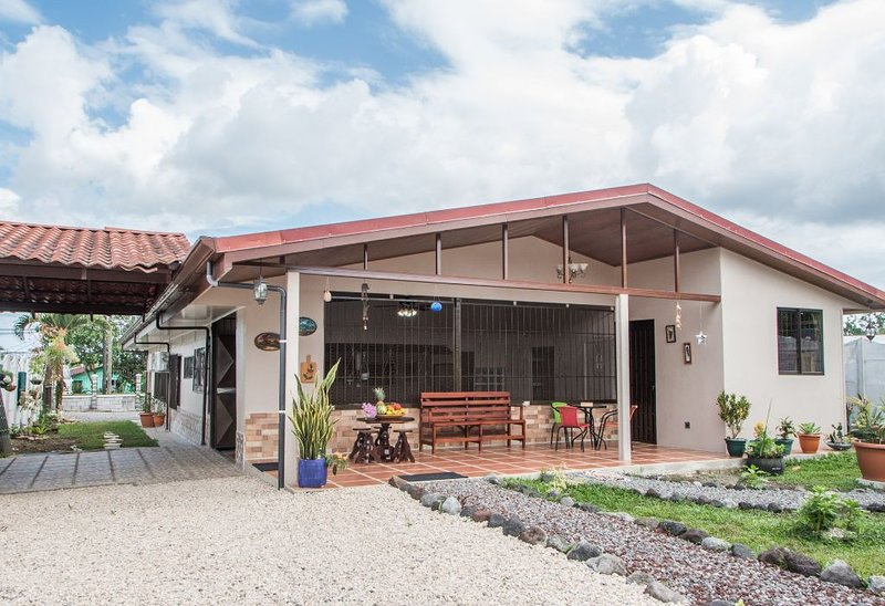 Lelita's House -Modern Family Home in La Fortuna, vacation rental in Quesada