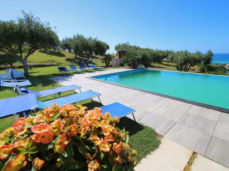 Modern Villa with Private Golf Practice, Pool, Garden, Terrace, Wi-Fi, Sea View, holiday rental in Campofelice di Roccella