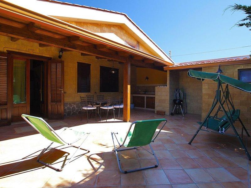 2 bedrooms, 2 Bathrooms Villa, near the Sea, Garden, AC, 10 minutes from Cefalu, holiday rental in Campofelice di Roccella