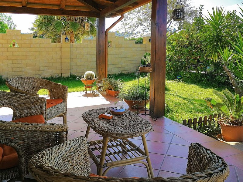 2 bedrooms, 2 Bathrooms Villa, near the Sea, Garden, AC, 10 minutes from Cefalu, holiday rental in Buonfornello