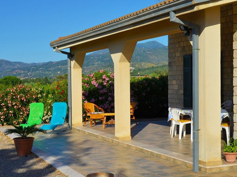 Spacious villa with sea view, large garden barbecue, near the sea and Cefalu, holiday rental in Campofelice di Roccella