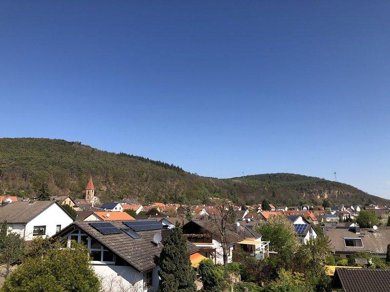 Penthouse im Grünen mit Blick über Königsbach, holiday rental in Rhodt unter Rietburg