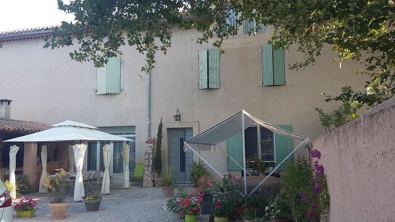 Beau Mas Provençal avec 3 CHAMBRE d'HOTES + piscine, holiday rental in Cavaillon