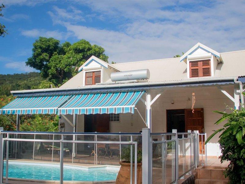 Villa avec piscine, 4 à 10 personnes, 5 chambres climatisées, grandjardin arboré, aluguéis de temporada em Basse-Terre Island
