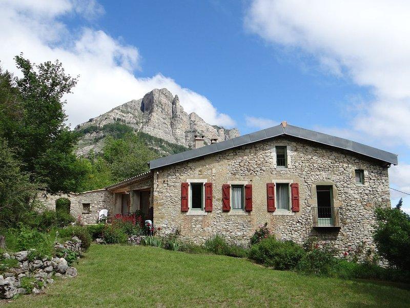Magnifique propriété, authenticité et confort au pied des 3 Becs, holiday rental in Saint-Roman