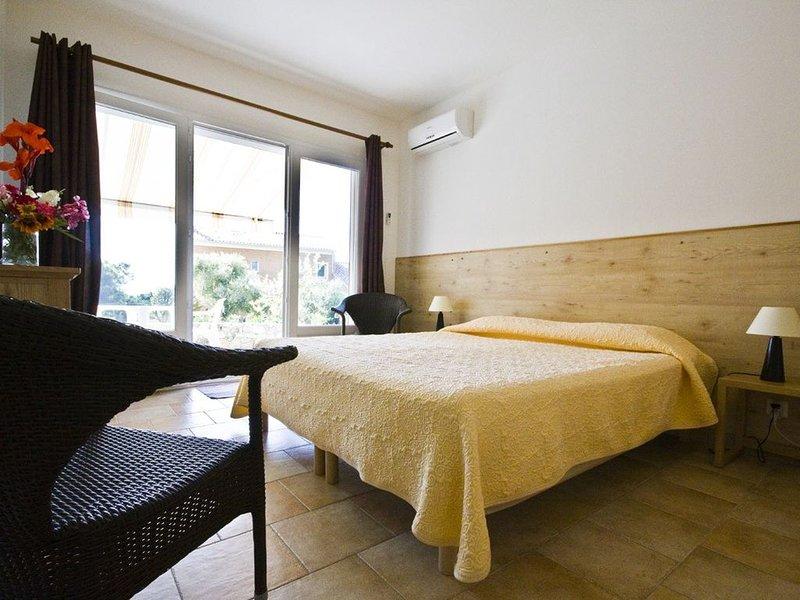 A 1.5 km de St-Florent Chambre indépendante avec accès à la mer, holiday rental in Saint Florent