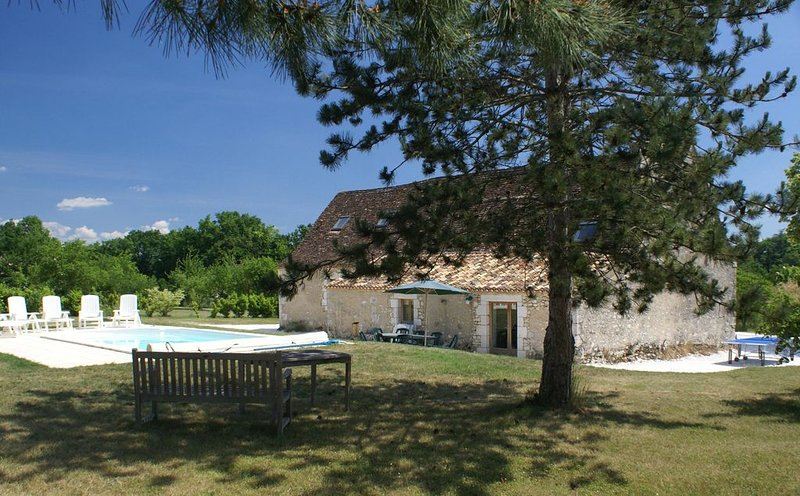 Ancienne grange restaurée avec piscine privative proche Bergerac, holiday rental in Colombier