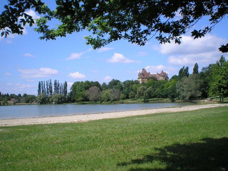 lac dans le village