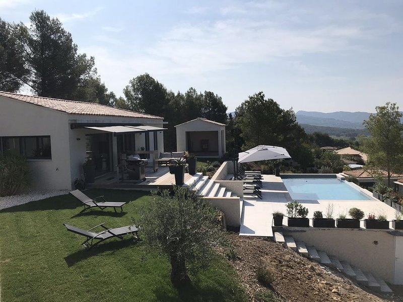 La VillaCadière Vue Mer Vignes Village Piscine à Débordement Sublime, holiday rental in La Cadiere d'Azur