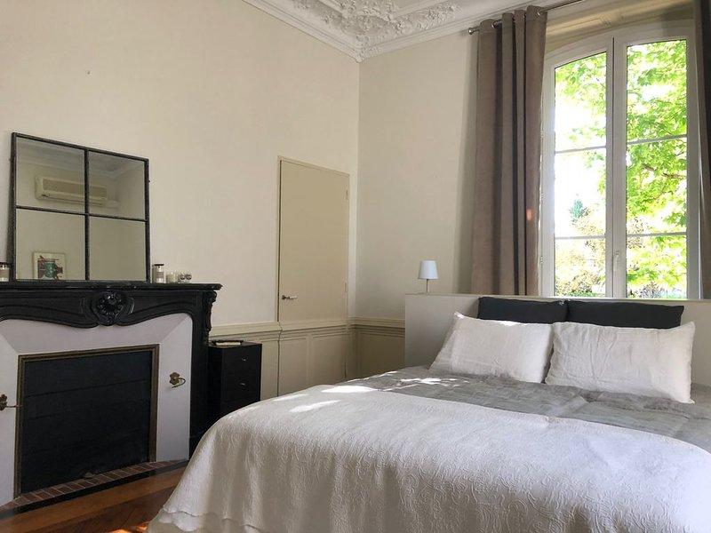 Appartement indépendant au centre ville type suite dans un hôtel particulier. – semesterbostad i Donzenac