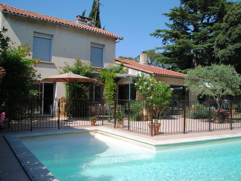 Villa de caractère avec piscine, 3 chambres, à 5min d'Avignon, holiday rental in Villeneuve-les-Avignon