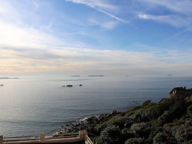 Vue imprenable sur le grand large et les 7 îles. Accès direct plage à 5mn à pied, location de vacances à Perros-Guirec