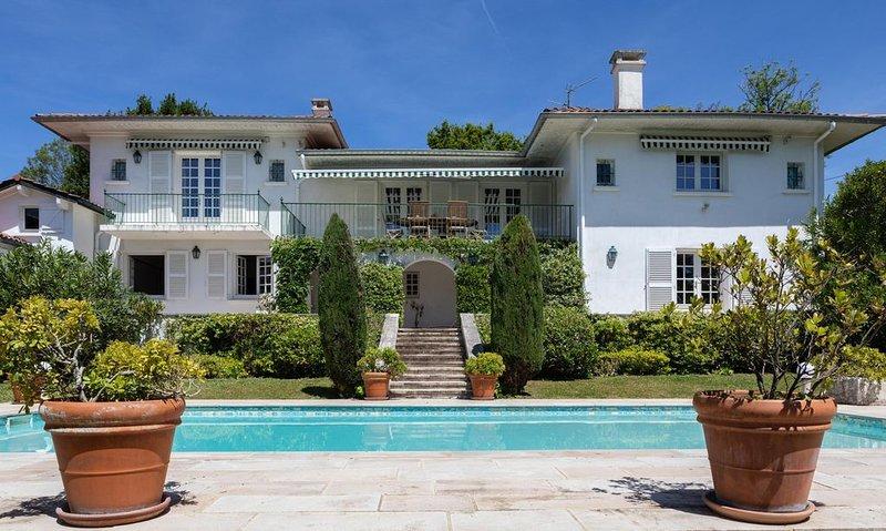 Villa avec piscine, vues sur l'océan et la chaîne des Pyrénées, location de vacances à Ciboure