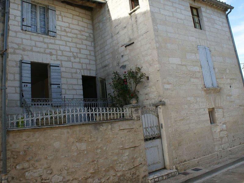 Duplex refait à neuf tout équipé en centre-ville pour 2 à 4 pers, holiday rental in Villeneuve-les-Avignon