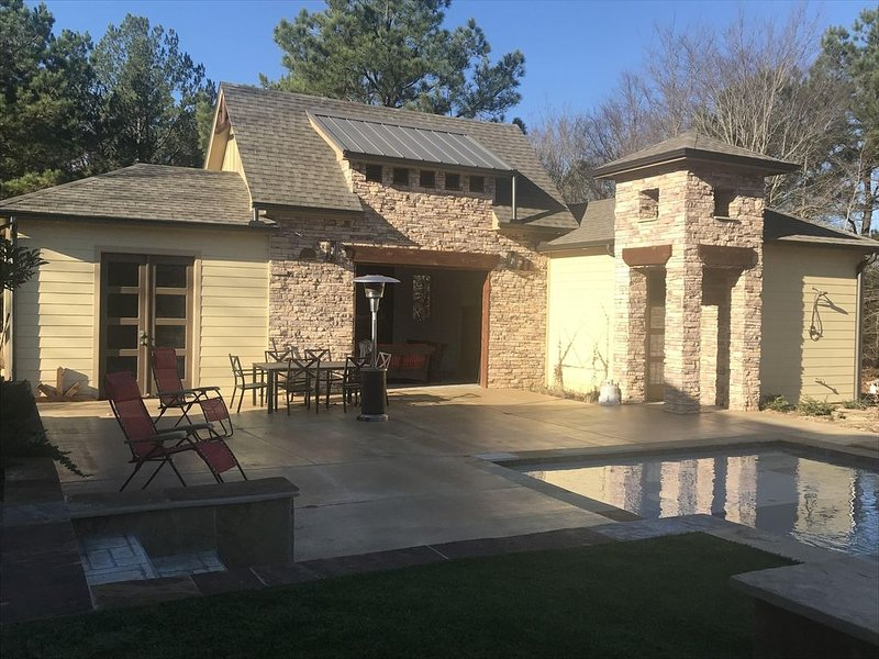 Guesthouse with a pool!, holiday rental in Quitman