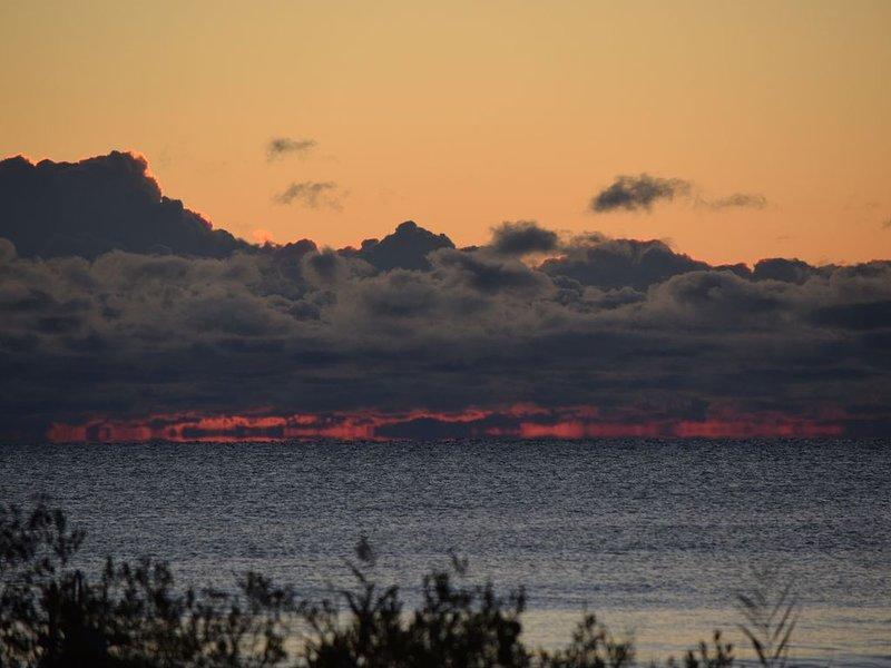 Booking summer 2021.  4 BR Beachfront Cottage on Lake Huron Sleeps 7-8, Ferienwohnung in Harrisville