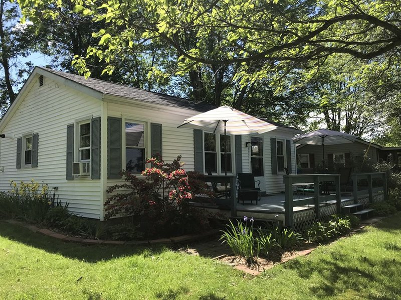 Lake Champlain Cottage Getaway, holiday rental in Champlain