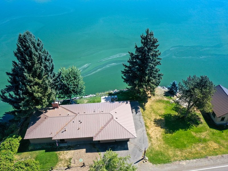 SERENE LAKEFRONT ESCAPE WITH PRIVATE BOAT RAMP AND LAKE & MOUNTAIN VIEWS, alquiler de vacaciones en Klamath Falls