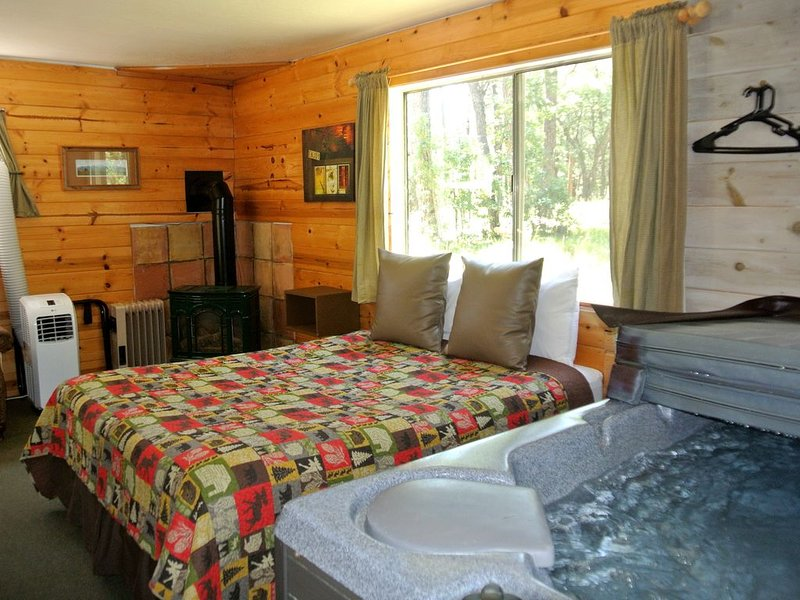 CABIN #6 -SWEETHEART'S COTTAGE (JACUZZI & FIREPLACE), holiday rental in Forest Lakes