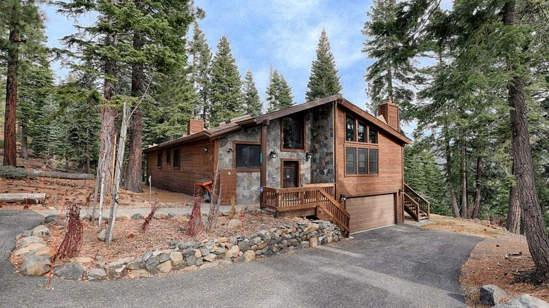 A tranquil mountain view with easy access to Tahoe's top activities & amenities, location de vacances à Incline Village