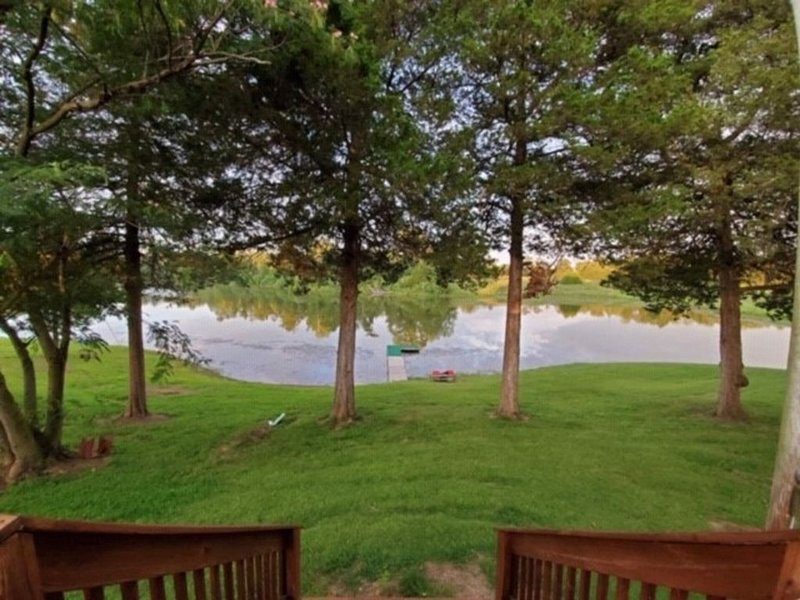 Charming Cabin Overlooking 5 Acre Lake, holiday rental in Cape Girardeau