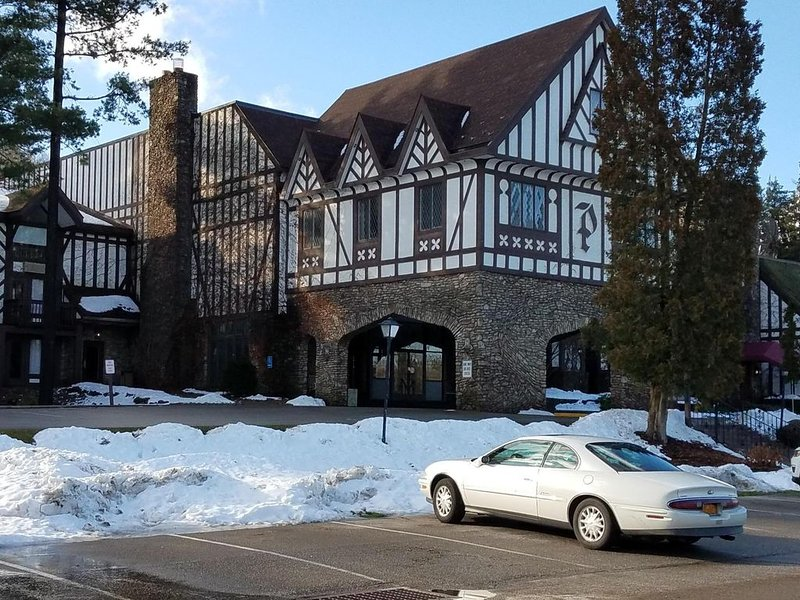 Peek n Peak 4 bedroom w loft 3.5 bath Golf/Ski Condo, vacation rental in Chautauqua County