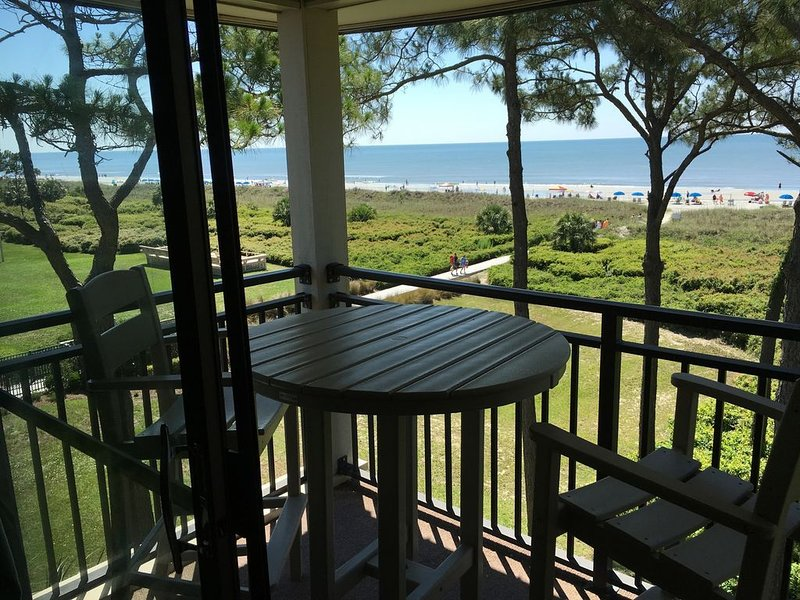 DIRECT OCEANFRONT with Million Dollar Views Top Floor/end unit - just remodeled!, location de vacances à Daufuskie Island